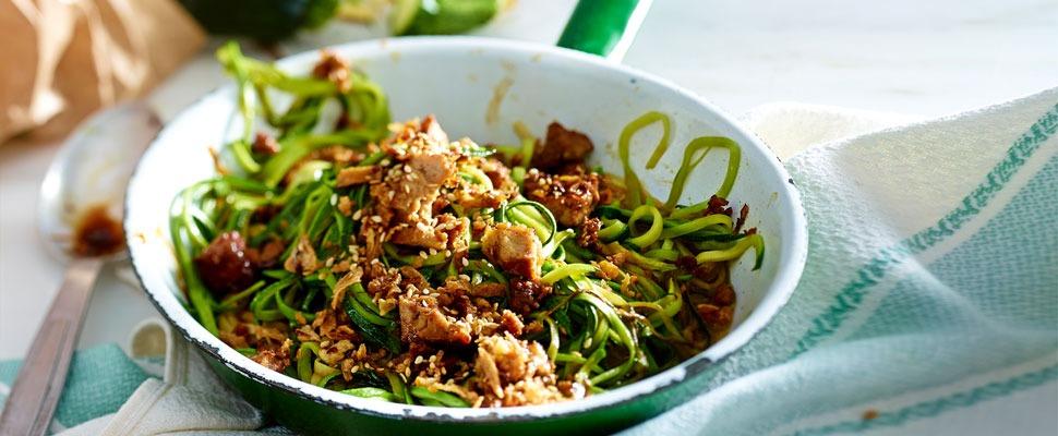 Zucchini-Spaghetti mit Tofu-Sesam-Mix