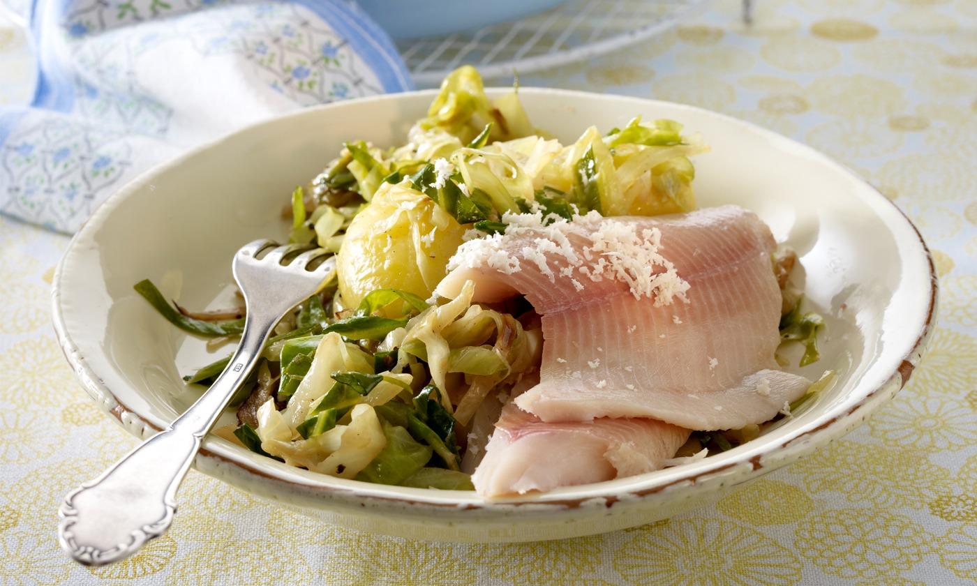Schmortopf mit Spitzkohl und geräucherter Forelle