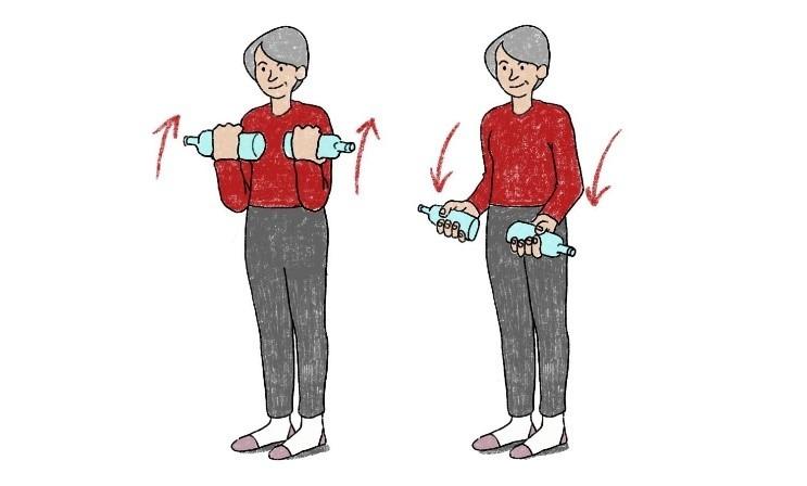 Bizeps-Training mit gefüllten Wasserflaschen